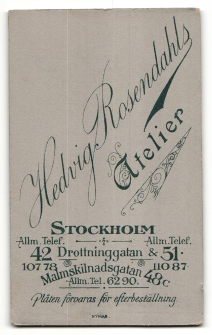 Fotografie Hedvig Rosendahl, Stockholm, Portrait Mädchen in elegantem Kleid mit Dutt 1