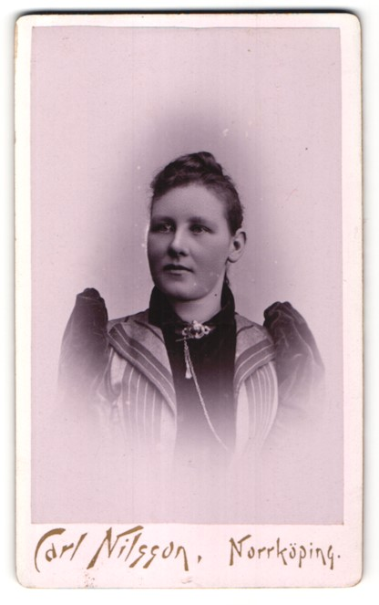 Fotografie Carl Nilsson, Norrköping, Portrait Frau im Samtkleid mit Puffärmeln