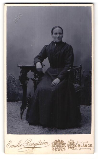 Fotografie Emilie Bergstrom, Borlänge, Portrait Frau im bürgerlichen Kleid auf einem Stuhl 0