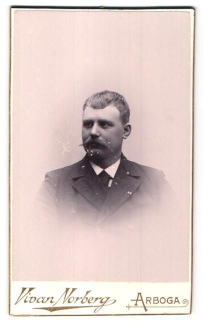 Fotografie Vivan Norberg, Arboga, Portrait Herr mit Schnauzbart im Anzug 0