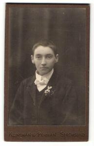 Fotografie Kuntman & Perman, Strömsund, Portrait Junge mit Blume im Knopfloch im Anzug