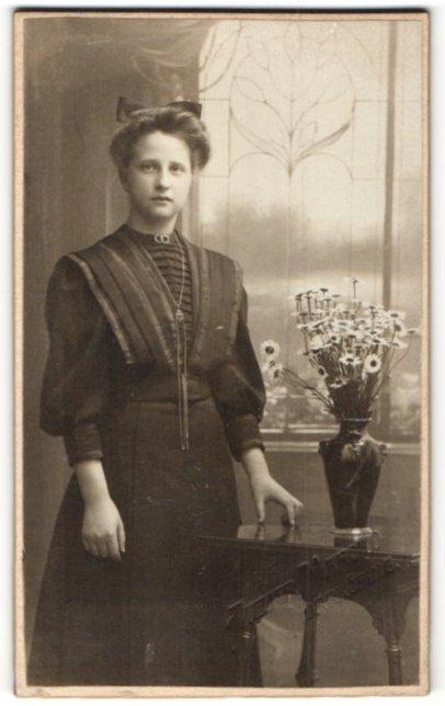 Fotografie Marcko, Norrköping, Portrait Frau mit Haarschleife im zeitgenössischen Kleid