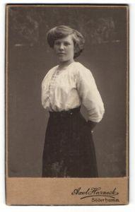 Fotografie Axel Harnesk, Söderhamn, Portrait junge Frau mit weisser Bluse