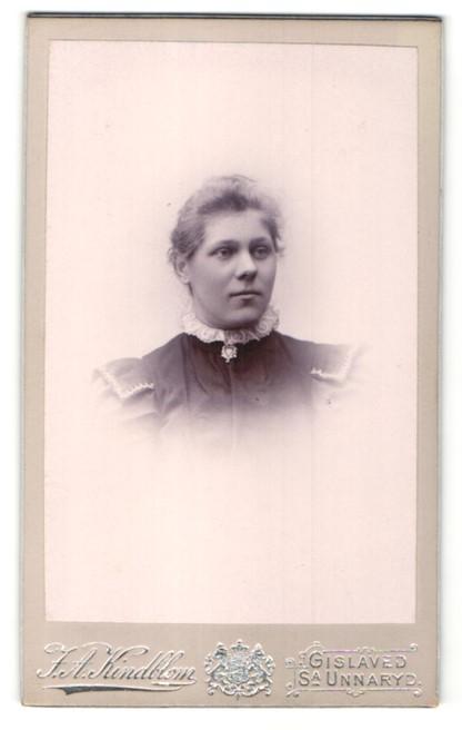 Fotografie F. A. Kindblom, Gislaved, Portrait Frau in eleganter Kleidung