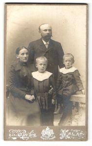 Fotografie C. V. Roikjer, Malmö, Portrait Familie mit zwei Kindern in eleganter Kleidung
