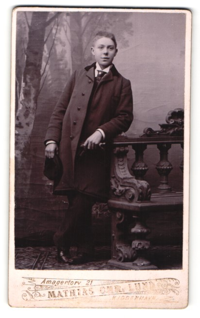 Fotografie Mathias Chr. Lund, Kjobenhavn, Portrait Junge im Mantel mit Mütze 0