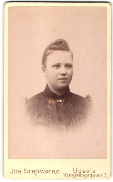 Fotografie Joh. Strömberg, Upsala, Portrait junge Frau mit Kragenbrosche und Hochsteckfrisur