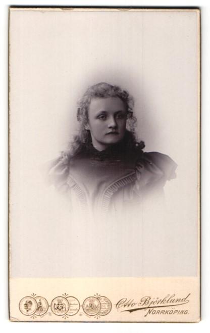 Fotografie Otto Björklund, Norrköping, Portrait junge Frau mit Locken in festlichem Kleid