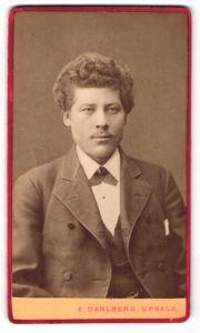 Fotografie E. Dahlberg, Upsala, Portrait Mann mit Locken im Anzug