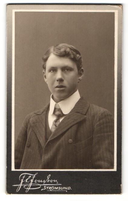 Fotografie F. E. Jonsson, Strömsund, Portrait junger Mann mit breitem Kragen im Anzug