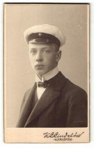 Fotografie K. L. Lindelöw, Norrköping, Portrait junger Mann mit Schirmmütze im Anzug