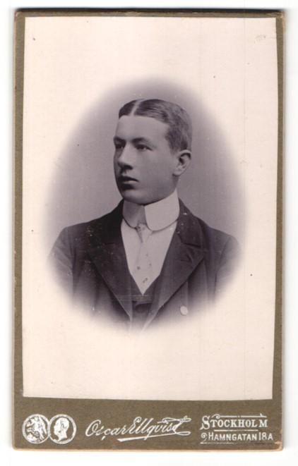 Fotografie Oscar Ellquist, Stockholm, Portrait junger Mann im Anzug mit Krawatte