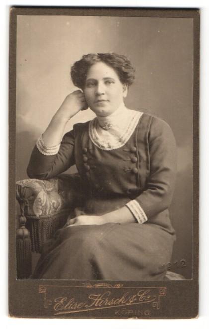 Fotografie Elise Hirsch & Co., Köping, Portrait Frau in bürgerlichem Kleid auf einem Stuhl