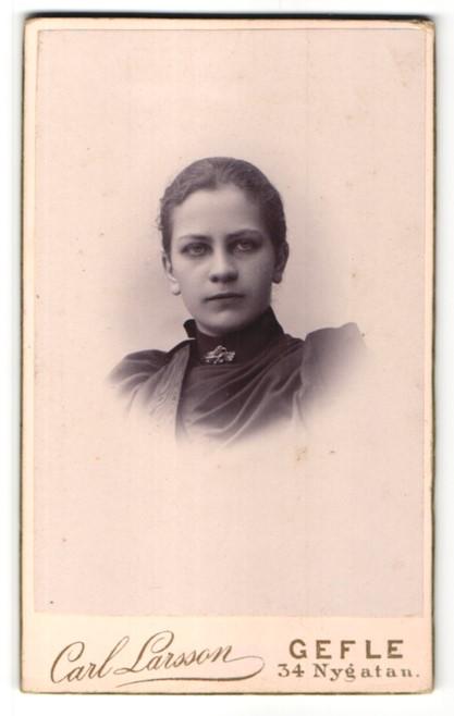 Fotografie Carl Larsson, Gefle, Portrait junge Frau mit Kragenbrosche und zurückgebundenem Haar
