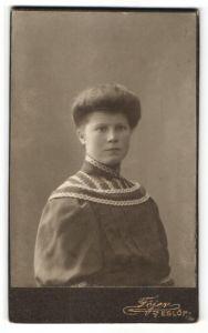 Fotografie Föjer, Eslöf, Portrait Frau in zeitgenössischem Kleid mit Hochsteckfrisur