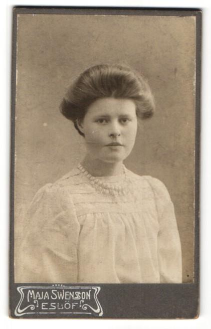 Fotografie Maja Swensson, Eslöf, Portrait junge Frau mit Perlenkette in weisser Bluse 0