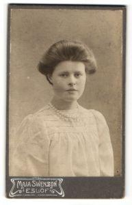 Fotografie Maja Swensson, Eslöf, Portrait junge Frau mit Perlenkette in weisser Bluse