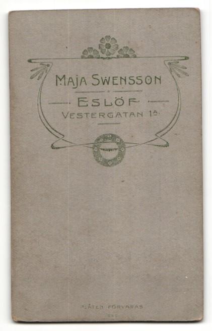 Fotografie Maja Swensson, Eslöf, Portrait junge Frau mit Perlenkette in weisser Bluse 1
