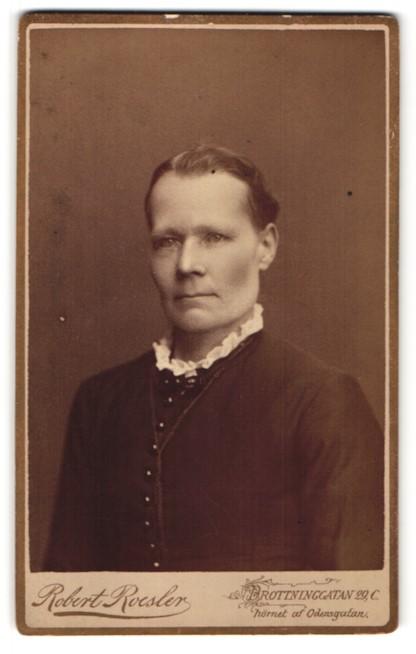 Fotografie Robert Roesler, Stockholm, Portrait Frau in zeitgenössischer Kleidung mit zurückgebundenem Haar
