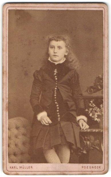 Fotografie Karl Müller, Poesneck, Portrait Mädchen in bürgerlicher Kleidung mit Strumpfhose 0