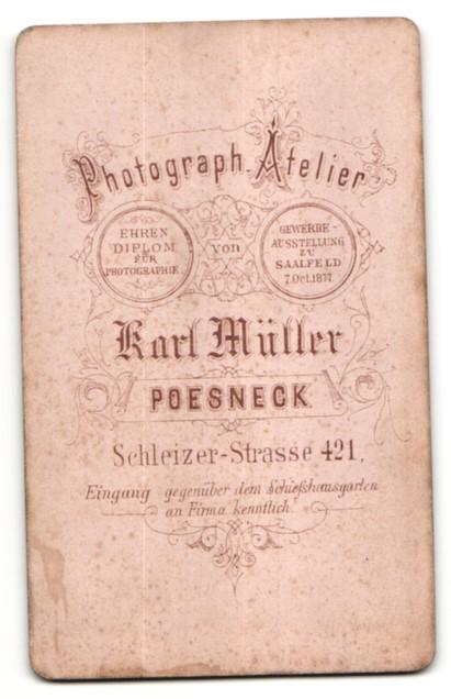 Fotografie Karl Müller, Poesneck, Portrait Mädchen in bürgerlicher Kleidung mit Strumpfhose 1