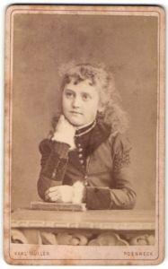 Fotografie Karl Müller, Poesneck, Portrait Mädchen im bürgerlichen Kleid mit Locken