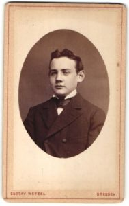Fotografie Gustav Wetzel, Dresden, Portrait Junge mit Fliege im Anzug