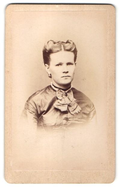 Fotografie C. Engelmann, Dresden, Portrait Frau in festlicher Bluse mit zurückgebundenem Haar 0
