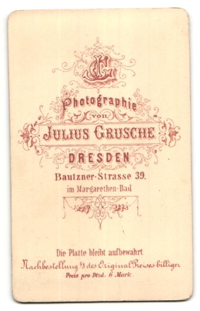 Fotografie Julius Grusche, Dresden, Portrait Mann mit Fliege und Schnurrbart im Anzug 1