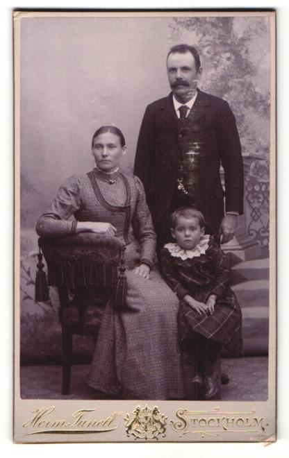 Fotografie Herm. Tunell, Stockholm, Portrait Familie mit einem Mädchen in bürgerlicher Kleidung 0