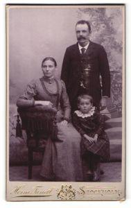 Fotografie Herm. Tunell, Stockholm, Portrait Familie mit einem Mädchen in bürgerlicher Kleidung