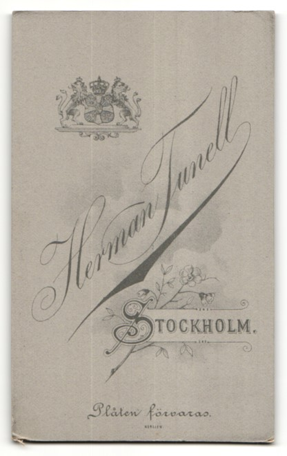 Fotografie Herm. Tunell, Stockholm, Portrait Familie mit einem Mädchen in bürgerlicher Kleidung 1