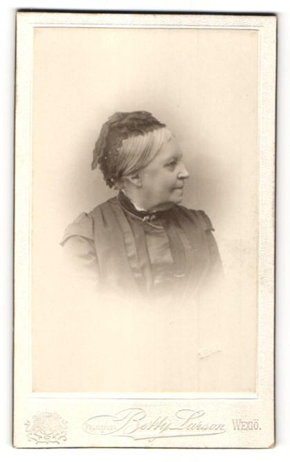 Fotografie Betty Larson, Wexiö, Portrait ältere Frau mit Haube in bürgerlichem Kleid
