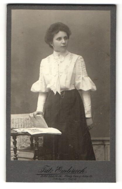 Fotografie Fritz Embruch, Dresden-N., Portrait Frau in weisser Bluse mit einem Buch