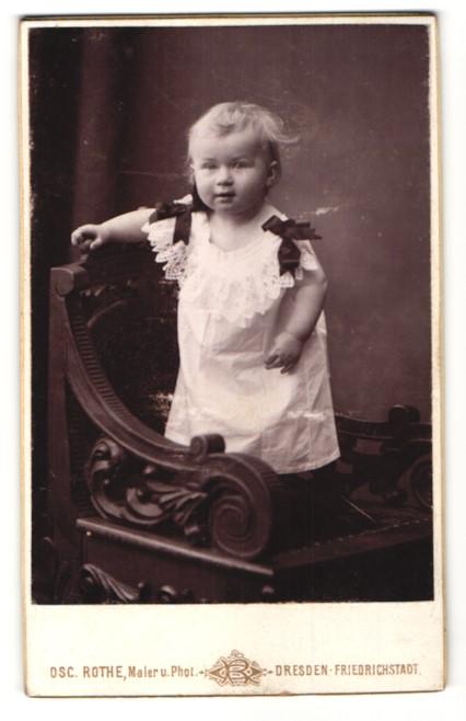 Fotografie Osc. Rothe, Dresden-Friedrichstadt, Portrait kleines Mädchen im weissen Kleid 0