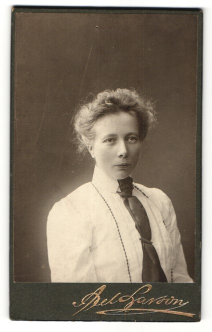 Fotografie Axel Larson, Göteborg, Portrait Frau in weisser Bluse mit Krawatte 0