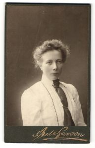 Fotografie Axel Larson, Göteborg, Portrait Frau in weisser Bluse mit Krawatte