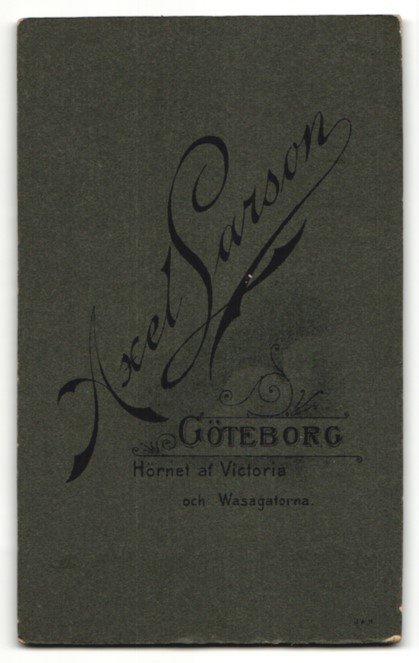 Fotografie Axel Larson, Göteborg, Portrait Frau in weisser Bluse mit Krawatte 1