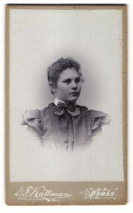 Fotografie D. F. Källman, Boras, Portrait junge Frau im bürgerlichen Kleid