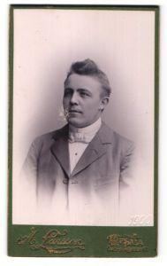 Fotografie A. Larsson, Upsala, Portrait Mann mit Fliege im Anzug