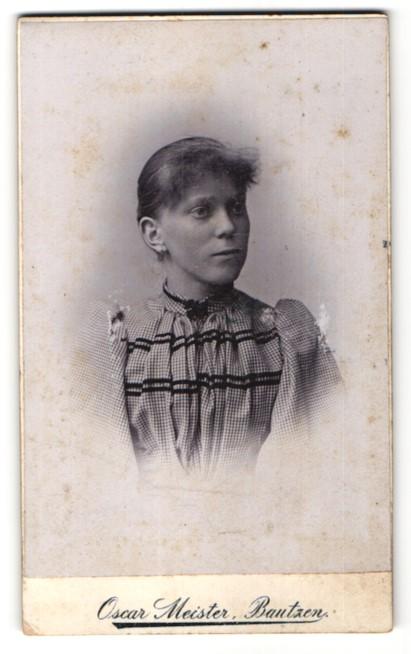 Fotografie Oscar Meister, Bautzen, Portrait junge Frau im karierten Kleid