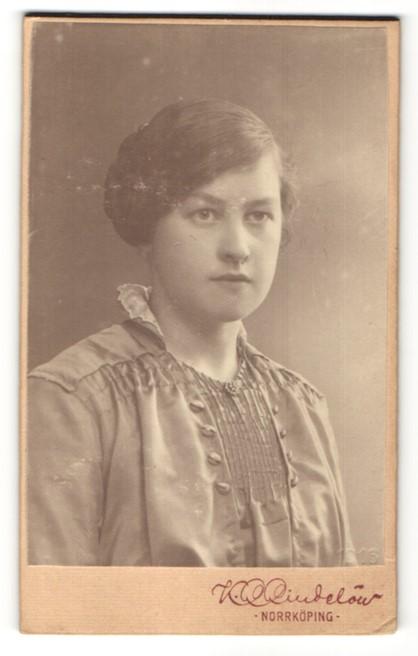 Fotografie K. L. Lindelöw, Norrköping, Portrait junge Frau in zeitgenössischer Bluse 0