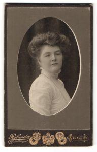 Fotografie Rylander, Eksjö, Portrait Frau in weisser Bluse mit Kragenbrosche