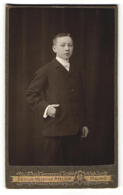 Fotografie Cecilia Nelson, Malmö, Portrait Junge mit Fliege im Anzug