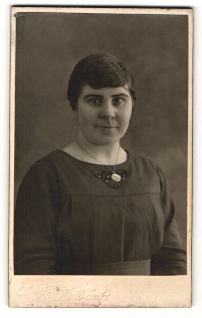 Fotografie Ahman, Kolbäck, Portrait Frau mit Halskette in bürgerlichem Kleid