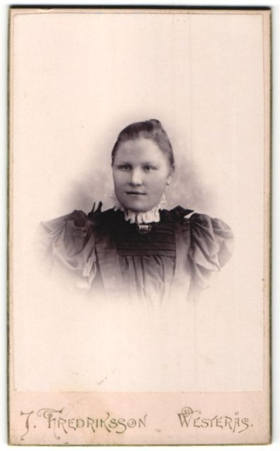 Fotografie J. Fredriksson, Westeras, Portrait junge Frau in bürgerlichem Kleid