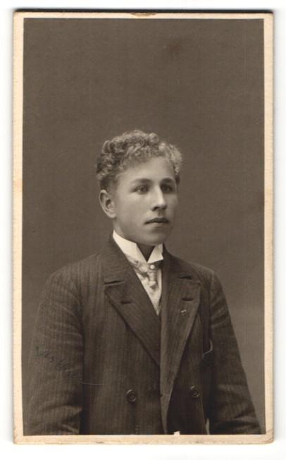 Fotografie Anna Hedström, Örebro, Portrait junger Mann mit Krawatte im Anzug 0