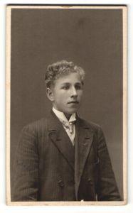 Fotografie Anna Hedström, Örebro, Portrait junger Mann mit Krawatte im Anzug