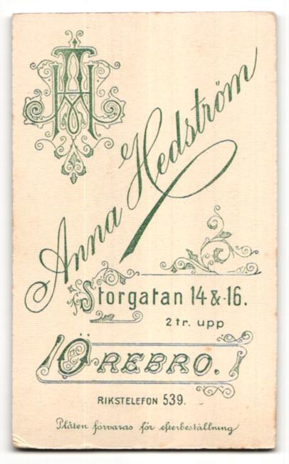 Fotografie Anna Hedström, Örebro, Portrait junger Mann mit Krawatte im Anzug 1
