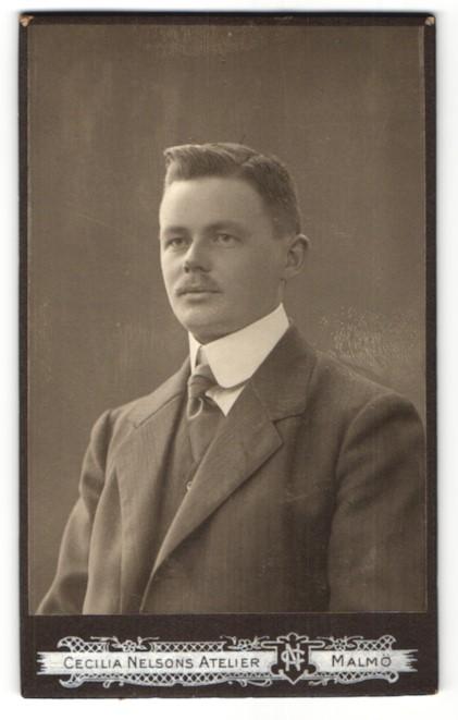 Fotografie Cecilia Nelson, Malmö, Portrait Mann mit Oberlippenbart im Anzug